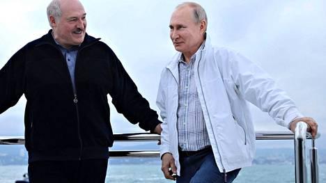 Aljaksandr Lukashenka tapasi Vladimir Putinin leppoisissa merkeissä Sotshissa vain viikko sen jälkeen, kun Valko-Venäjän hävittäjä oli saattanut Vilnaan matkalla olleen Ryanairin matkustajakoneen Minskiin valepommiuhkauksen varjolla.