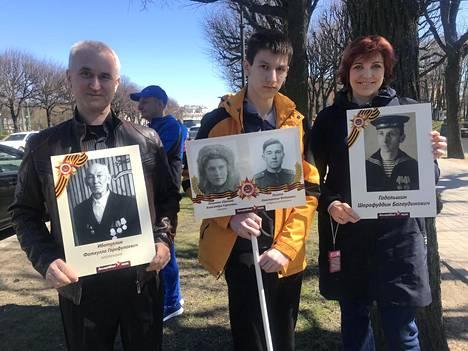Rustam Vahidov ja Natalija Vahidova kantoivat Robert-poikansa kanssa Pietarin keskustassa kylttejä, joissa oli heidän lähisukuunsa kuuluneiden veteraanien valokuvia.