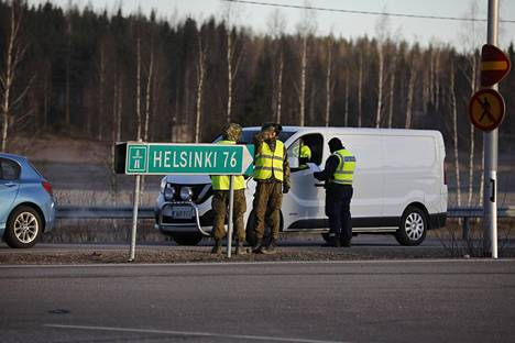 Uusimaa on eristetty. Poliisi ryhtyi valvomaan liikennettä Uudenmaan rajalla viime lauantain vastaisena yönä. Läpi pääsevät vain työmatkoilla ja välttämättömissä asioissa liikkuvat.