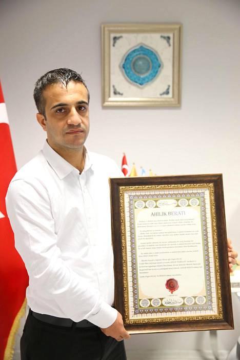 Olgaçin saama huomio huipentui tiistaina hänen ottaessaan vastaan erityisen kunniakirjan.