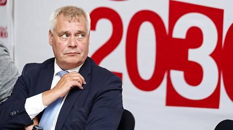 """Sdp:n puheenjohtaja Antti Rinne kuvailee sdp:n maahanmuuttopoliittista linjaa """"keskitien linjaksi""""."""
