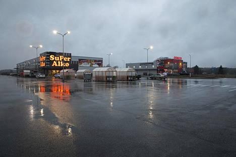 Pysäköintitilaa riitti noin tuntia ennen Superalkon sulkemisaikaa. Kyseessä oli tavallinen tammikuinen keskiviikkoiltapäivä.