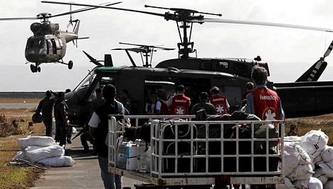 Filippiinien asevoimien helikopterit toimittivat maanantaina avustustarvikkeita pahoin tuhoutuneeseen Taclobanin kaupunkiin.
