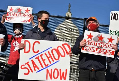 Osavaltiolakialoitteen kannattajia Capitolin edustalla torstaina.