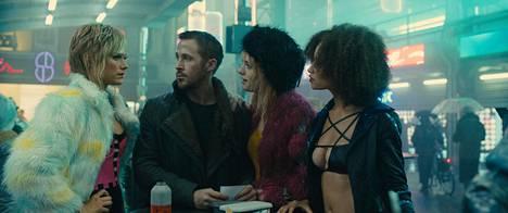 Krista Kosonen (vas.) on mukana Blade Runner 2049:n kohtauksessa, jossa hän sekä Mackenzie Davisin ja Elarica Johnsonin näyttelemät prostituoidut tapaavat Ryan Goslingin näyttelemän poliisin.
