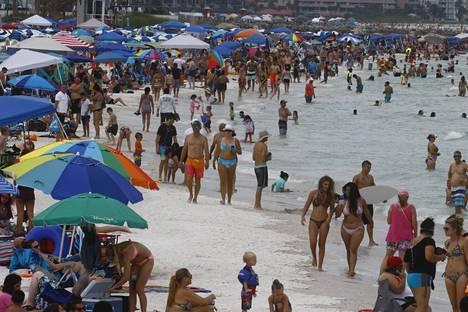 Kesälomakausi käynnistyy Yhdysvalloissa. Viikonloppuna väkeä oli todella paljon Floridan Clearwaterin rannoilla.