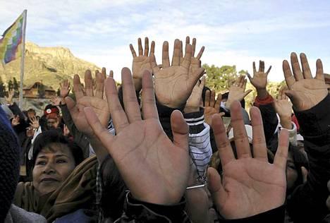 Talvipäivänseisaus. Aymara-alkuperäiskansaan kuuluvat asukkaat kohottavat kätensä tavoitellakseen ensimmäisiä talvipäivänseisauksen auringonsäteitä Kuun laaksossa lähellä La Pazia Boliviassa. Talvipäivänseisaus merkitsee Aymara-kansalle uuttavuotta. Talvipäivänseisaus oli eteläisellä pallon puoliskolla eilen, kun pohjoisessa oli kesäpäivänseisaus.