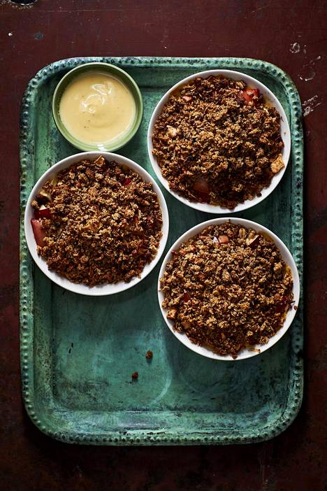Uuniomenapaistoksen juju on omenoiden alle piilotettu vaniljakastike.