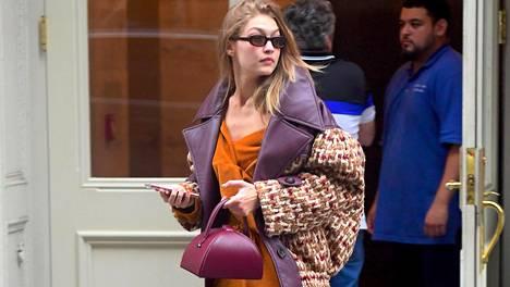 Gigi Hadid kuvattiin New Yorkin muotiviikkojen aikaan syksyisessä asussa. Huomion varastivat tällä kertaa edulliset kengät.
