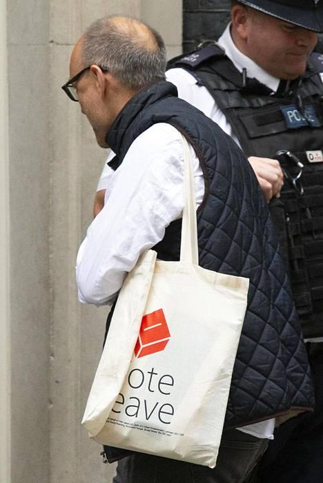Dominic Cummings kuvattiin Vote Leave -kassin kanssa, kun hän saapui pääministerin virka-asunnolle elokuun alussa.