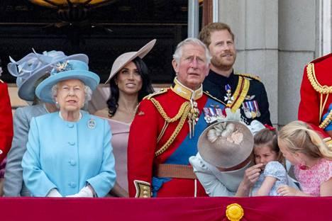 Meghan on brittilehtien mukaan sujahtanut mukaan kuninkaalliseen perheeseen saumattomasti. Herttuatar on päässyt edustamaan kahdestaan kuningattaren kanssa sekä ollut mukana perheen yhteisissä tilaisuuksissa. Hän on emännöinyt tapahtumia myös yksin.