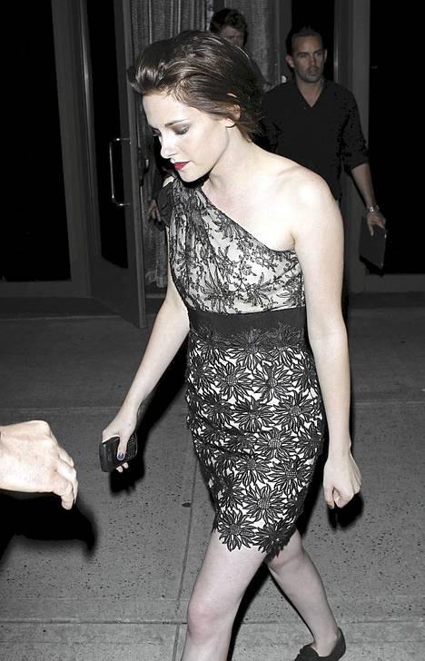 Kristen Stewartin ensi-ilta-look on rohkea mutta muodikas.