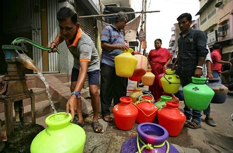 Kaupungin asukkaat ovat joutuneet jonottamaan vettä pitkiä aikoja.