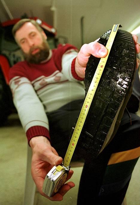Mittanauha venyi reippaasti, kun Juha Mieto mittautti kenkiensä koon vuonna 1998. Nämä kengät olivat liki kokoa 51.