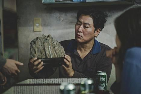 Parasite kertoo köyhästä perheestä, joka soluttautuu hyötymismielessä rikkaan perheen palvelijoiksi. Eteläkorealainen elokuva sai 6 Oscar-ehdokkuutta.