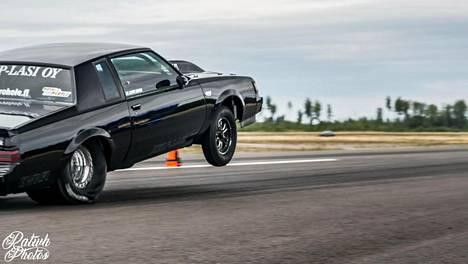 Janne Uskalin Buick keuli lähdössä Vesivehmaalla.