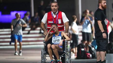 Italian Giovanna Epis joutui jättämään MM-maratonin kesken. Pyörätuoliin joutuneen juoksijan pettymys oli raju.