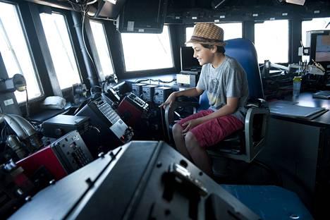 9-vuotias Collin Grey sai istua kapteenin penkillä laivan ohjaamossa.