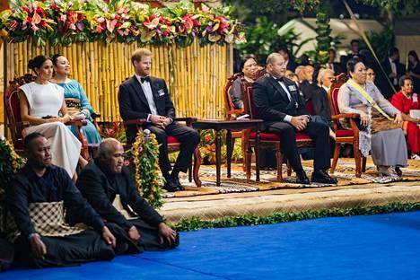 Prinssi Harry ja Meghan katselivat tongalaisten järjestämää esitystä torstaina.