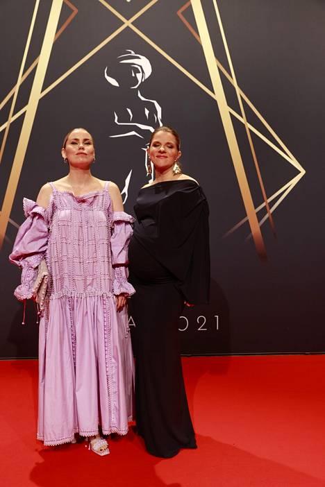 Sara Melleri (vas.) näyttelee Anna Paavilaisen (oik.) ohjaamassa uudessa Kikka!-elokuvassa. Se saa ensi-iltansa vuonna 2022.