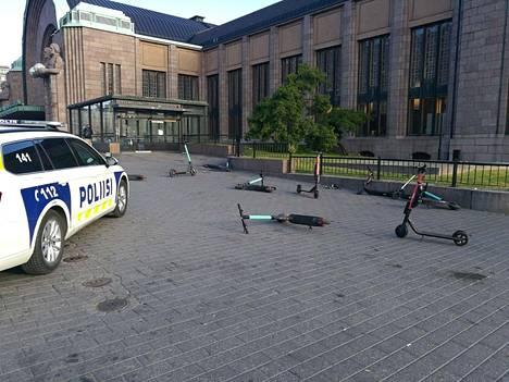 Helsingin poliisi pyysi Facebookissa sähköpotkulautojen käyttäjiä huomioimaan muut ihmiset, ja pysäköimään menopelit niin, etteivät ne häiritse muita liikenteessä olijoita. Vanhempi konstaapeli Jani Markkasella on myös vinkki onnettomuuksien välttämiseen: kannattaa käyttää kypärää.