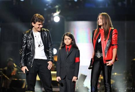 Prince Jackson, Blanket Jackson ja Paris Jaclso kuvattuna isänsä muistokonsertissa vuonna 2011. Paris on kertonut olevansa hyvin läheinen veljiensä kanssa. Veljistä Blanket, oikealta nimeltään Prince Michael Jackson II, on pysytellyt poissa julkisuudesta.