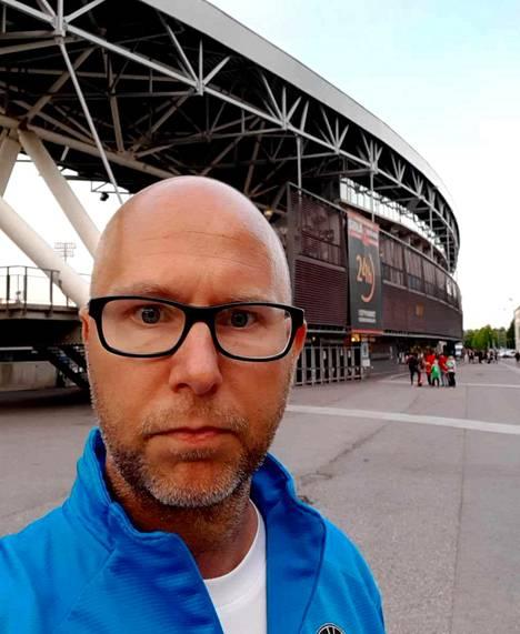 FC Hakan valmentaja Mikko Manninen valmiina omaan urakkaansa Töölön stadionin edustalla sunnuntai-iltana.