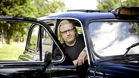 Arttu Wiskari pääsi Helsingissä sightseenejä tekevän Lontoon Taxin kyytiin ja minireissulle Rastilaan.