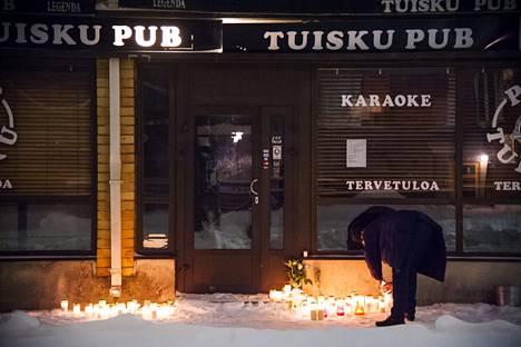 Ihmiset toivat uhrien muistolle kynttilöitä surmapaikan eteen.