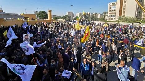 Mielenosoittajia kuvattuna tänään Yhdysvaltain suurlähetystön luona Bagdadissa.