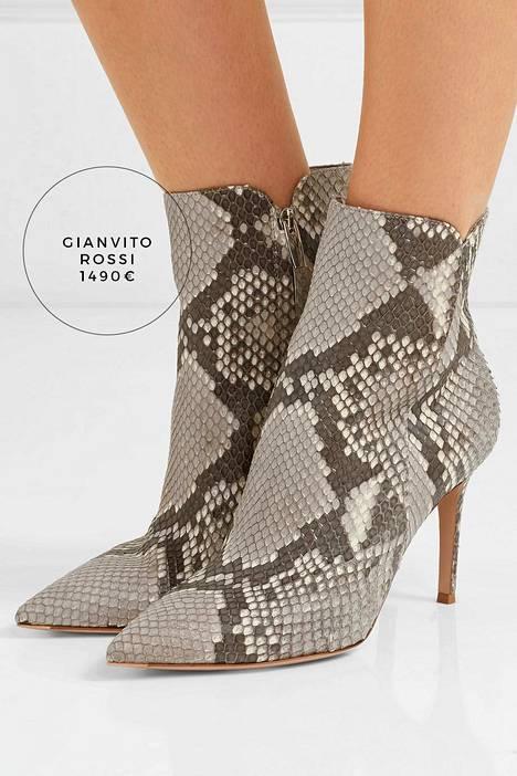 Näyttävät ja korolliset käärmekuosinilkkurit löytyvät esimerkiksi luksuskenkäbrändi Gianvito Rossin mallistosta, mutta näyttävästä kenkäparista ei tarvitse pulittaa tuhansia. Tyylikkäitä versioita käärmeennahkabootseista löytyy edullisemminkin.