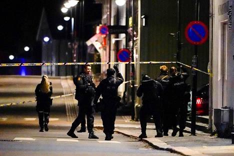 Kongsbergiin on lähetetty runsaasti poliiseja, poliisihelikoptereita, pommiryhmiä, valmiusjoukkoja ja poliiseja Oslosta.