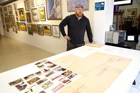 Meklari Sami Taustila ja kaikki jätesäkistä löytyneet dokumentit Huutokauppahuone Aleksin pöydällä.