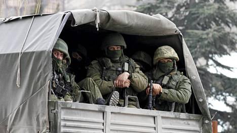 Asemiehiä Venäjän armeijan kuorma-autoissa Balaklavassa Krimillä. Venäjä on viime päivinä lähettänyt Krimin tukikohtaansa tuhansia sotilaita lisää.