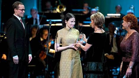 Kuvittaja Jani Ikonen ja kirjailija Seita Vuorela vastaanottivat Pohjoismaiden neuvoston uuden lasten- ja nuortenkirjallisuuspalkinnon Karikko-romaanistaan.