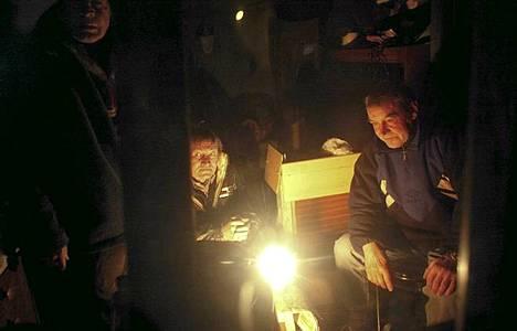 Kodittomat lämmittelevät Varsovassa Puolassa torstaina.