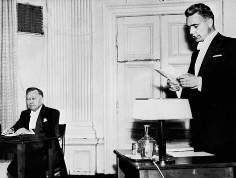 Kolmekymppinen Koivisto väitteli filosofian tohtoriksi Turun yliopistosta vuonna 1956. Turun satamassa työskennelleen Koiviston väitöskirjan aiheena oli Sosiaaliset suhteet Turun satamassa.