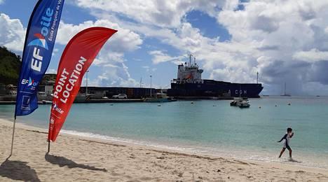 Gustaviassa laivalta olisi lyhyt matka rannalle, mutta sinne ei ole toistaiseksi menemistä maihinnousukiellon vuoksi. Töitä laivalla paiskitaan sen sijaan entistä kiivaammin.