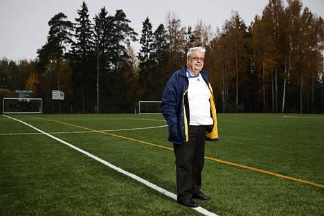 Aulis Joronen on tehnyt pitkän päivätyön suomalaisen jalkapallon hyväksi. Hän on yksi Korson Palloseuran perustajajäsenistä ja hän toimi nykyisin 800 palloilijaa liikuttavan seuran puheenjohtajana 17 vuotta. Hänen mukaansa on Korsossa nimetty kenttä. –Paljon enemmän ei olisi voinut uhrata aikaa jalkapalloon kuin mitä minä olen uhrannut eikä saada lajilta enempää kuin minä olen saanut, Joronen sanoo.