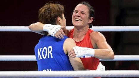Mira Potkonen löi Etelä-Korean Oh Yeonjin ja halasi vastustajaansa ottelun jälkeen.