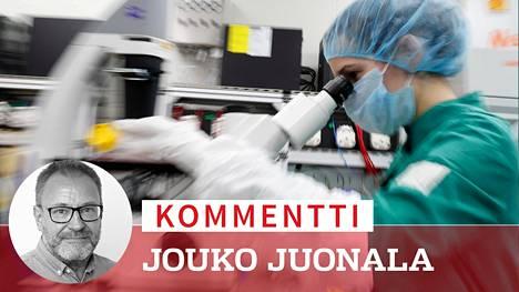 Rokotetutkimusta Venäjällä: biotekniikkayhtiö Biocadin työntekijä tutkii solunäytteitä mikroskoopilla Pietarissa. Yhtiö kehittää niin sanottua virusvektorirokotetta covid-19-tautia vastaan.