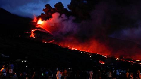Paikalliset seurasivat tulivuorenpurkausta Tajuyan kylässä perjantaina.