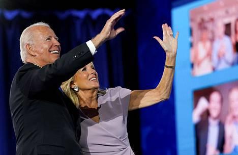 Pariskunta otti vastaan suosionosoituksia Joe Bidenin otettua vastaan demokraattien presidenttiehdokkuuden.