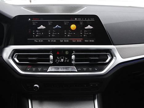 Uudesta kolmosesta löytyy BMW:n luoma henkilökohtainen avustaja, joka tottelee eleohjausta sekä tunnistaa käyttäjän ääneen ja täyttää käyttäjän toiveita. Näytön alle sijoitettu ilmastointipaneeli on aiempaa matalampi.