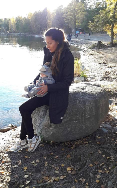 Luisa ja Isla-tytär lokakuussa 2017. Luisa kuvailee kuvan olotilaansa näin: Olisi pitänyt olla onnellinen, mutta en tuntenut mitään.