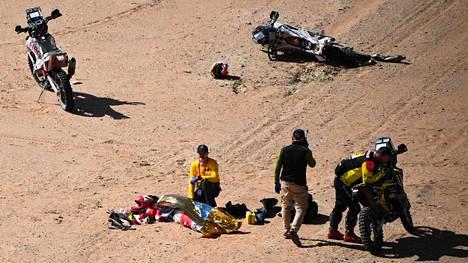 Dakar-ralliin osallistunut moottoripyöräkuski Paulo Goncalves sai kaatumisensa jälkeen ensiapua, mutta hänen henkeään ei pystytty pelastamaan.