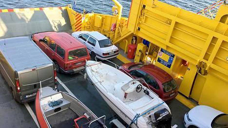 Kolme Kemiönsaaren tärkeää kulkuneuvoa: yhteysalus, auto ja oma vene.