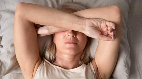 Joka neljäs nainen ja joka viides mies ei nuku mielestään tarpeeksi.