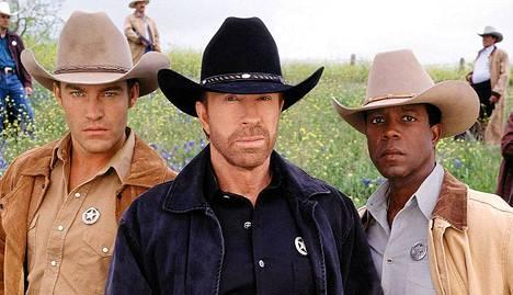 Walker Texas Ranger, eli näyttelijä Chuck Norris (kesk.) on Mitt Romneyn miehiä.