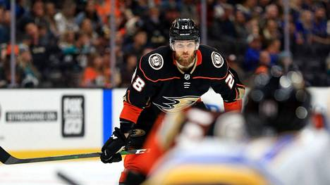 Jani Hakanpää pelasi viime kaudella Anaheim Ducksissa. Hakanpää kaupattiin Carolina Hurricanesiin siirtorajalla. Nyt ura jatkuu Dallasissa.
